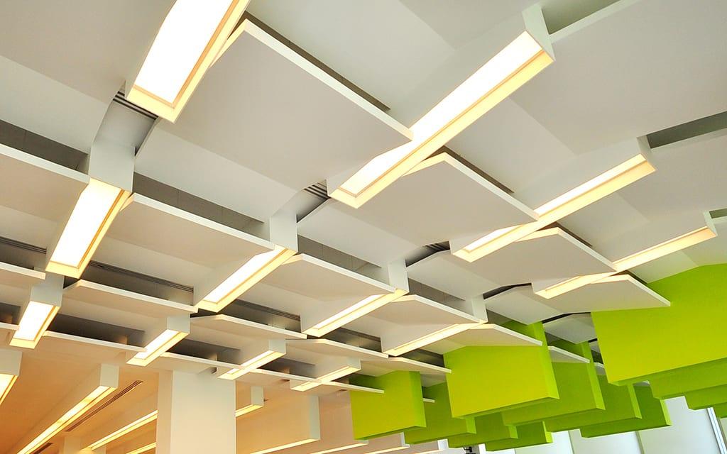 Verticale akoestische plafondpanelen (baffles)