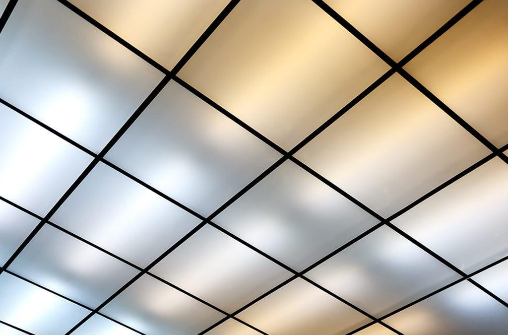 Een aluminium plafond in verschillende stijlen